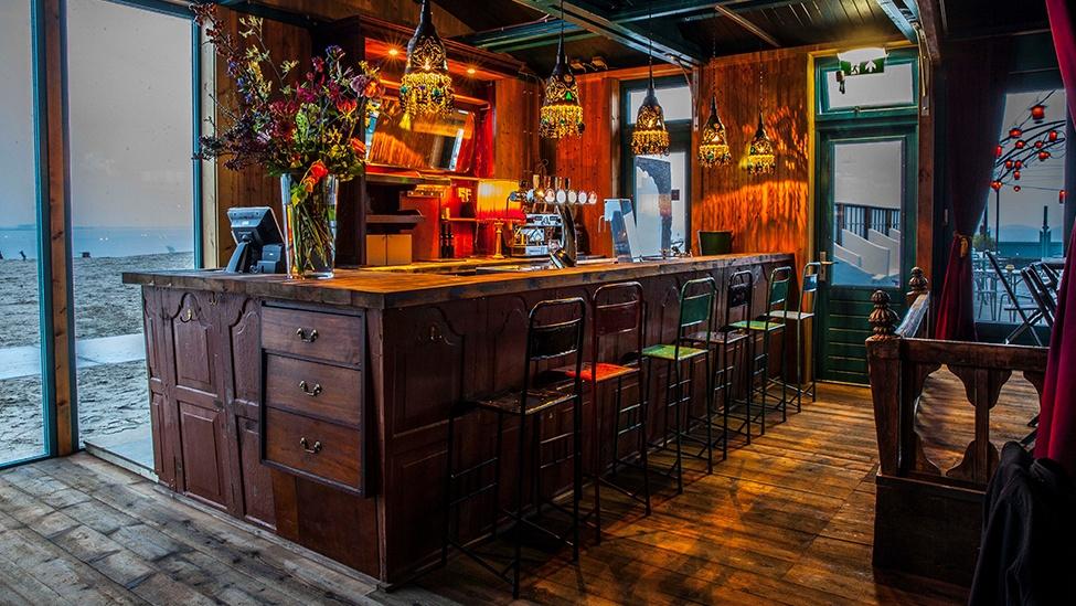 Aan de bar bij Blijburg aan Zee, een heerlijke Feestlocatie Amsterdam. Fotograaf: Berbe Rinders