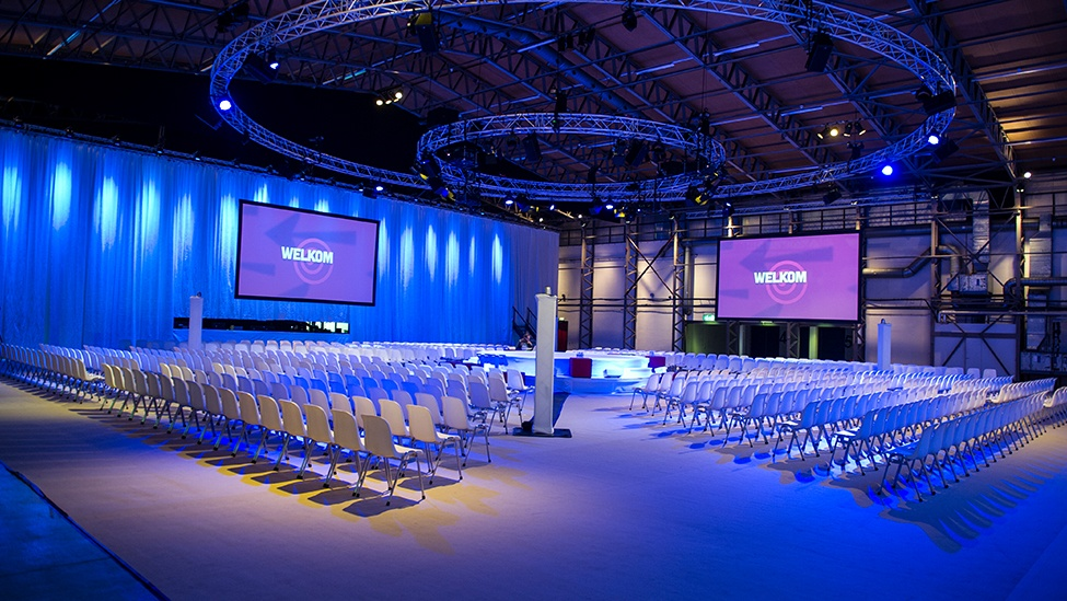Feestlocatie Hangaar2 in Katwijk opgesteld in congres setting tijdens een bedrijfsevenement.