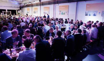 Mensen zijn aan het dineren in De Prodentfabriek de hippe Feestlocatie Amersfoort