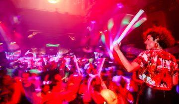 Dansen met foam sticks geeft een leuk effect tijdens je personeelsfeest.