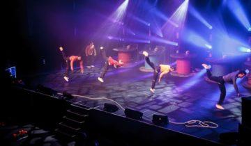 Dans entertainment op het podium tijdens het Vrienden Van Themafeest.