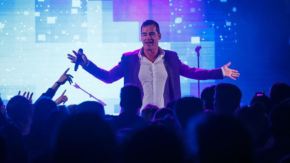 Jeroen van der Boom geeft show weg op het podium tijdens het Vrienden Van feest.