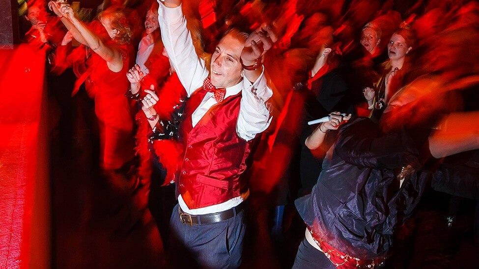 Dansen met collega's tijdens jullie kerstborrel op locatie themafeest.
