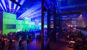 De zaal van de Werkspoorkathedraal in Utrecht verlicht.