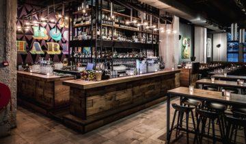 Zijaanzicht op de bar van De Bajes Amsterdam.