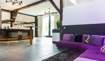 Lounge in de Paardenstal feestlocatie de Bronckhorst Hoeve in Brummen.