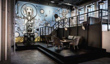 Lounge area van De Bajes feestlocatie in Amstedam.