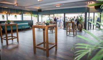 bedrijfsborrel op terras bij Eventcentre Aquabest feestlocatie Best.