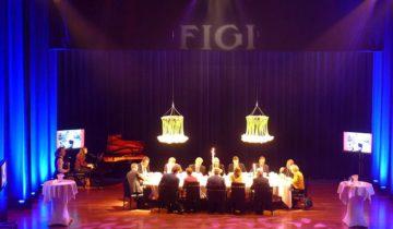 Dineren met collega's op het podium bij Hotel Theater Figi feestlocatie in Zeist.