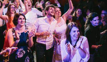 Dansen met collega's bij De Avenue feestlocatie in Breda.