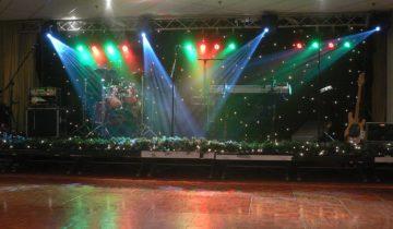 Podium met entertainment bij feestlocatie Hotel Theater Figi in Zeist.