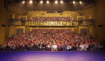 Publiek in theaterzaal bij Hotel Theater Figi.
