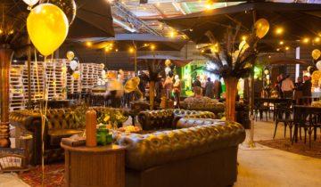 Inrichting van de loods van DHL tijdens great gatsby feest.