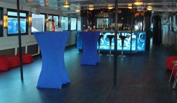 Borrelsetting binnendeks van Boot 3 varende feestlocatie Amsterdam.