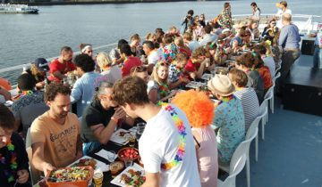 Diner op het dek van Boot10 feestlocatie in Amsterdam.