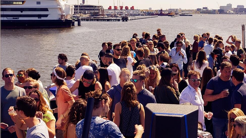 Personeelsfeest op het buitendek van boot10 feestlocatie Amsterdam.