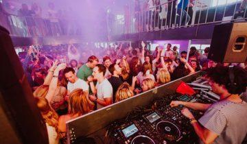 DJ draait muziek in Docks varende feestlocatie Amsterdam.