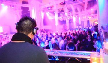 DJ draait muziek bij St Jan feestlocatie Roosendaal.