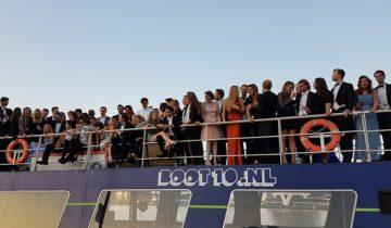 Groepsfoto op het dek van Boot10 feestlocatie Amsterdam.