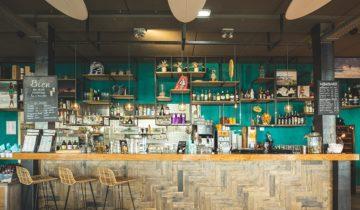 Grote bar bij feestlocatie Brunotti Beachclub in Oostvoorne.