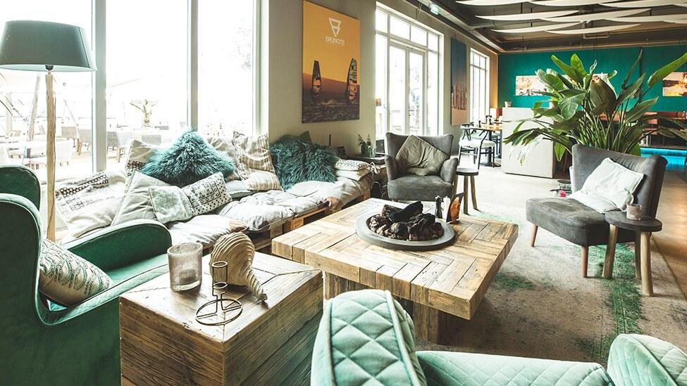 Lounge hoek bij Brunotti Beachclub feestlocatie in Oostvoorne.