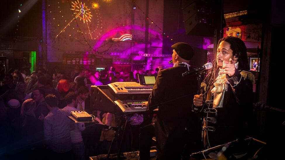 Zanger van de Coronas op het podium.
