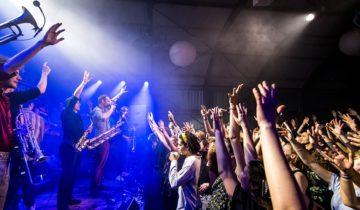 Artiesten op het podium van Pllek feestlocatie in Amsterdam.