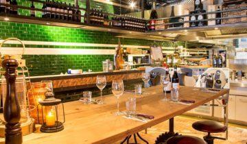 Dinersetting bij de open keuken van feestlocatie Steam in Scheveningen.