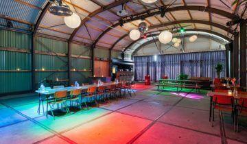 Feestzaal van Pllek Amsterdam verlicht.