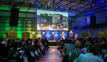 Plenaire opstelling feestlocatie Fokker terminal in Den Haag.