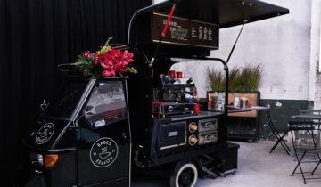 Koffietruck in de grote zaal van De Patronage feestlocatie in Zaandam.