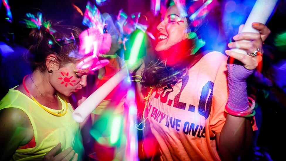 Dansen met je collega's tijdens een kleurrijk personeelsfeest.