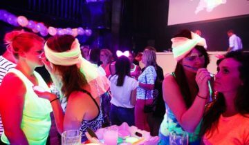 Kleurrijke schmink tijdens het themafeest.
