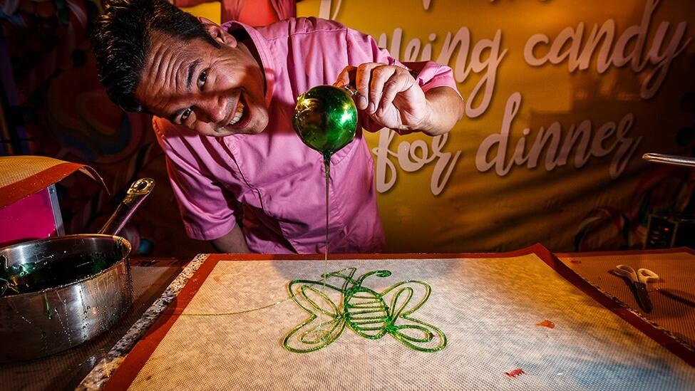 Snoep maken tijdens een kleurrijk themafeest personeelsfeest
