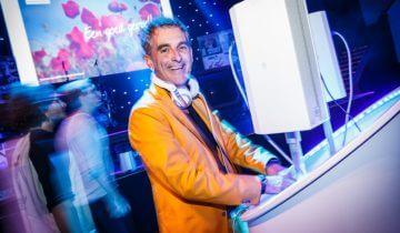 DJ op het MTH personeelsfeest.