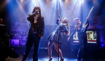 Band de Corona's zingt tijdens het personeelsfeest van MTH.