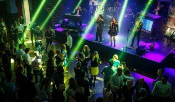 Bovenaanzicht op dansende collega's tijdens personeelsfeest van MTH.