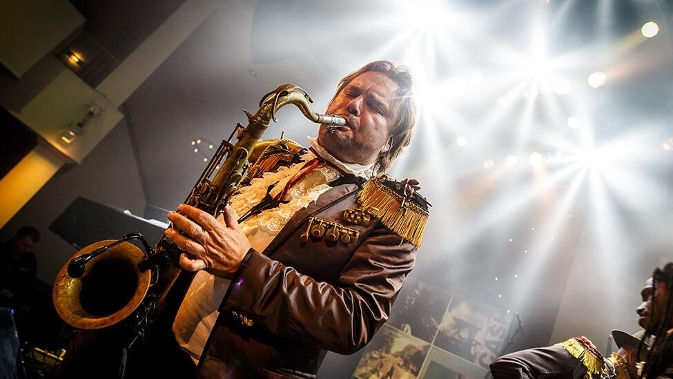 Saxofonist tijdens personeelsfeest van MTH.