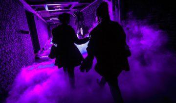 tunnel met paarse rook tijdens het daar stond je dan vanavond themafeest.
