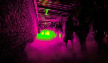 Tunnel met rook tijdens het daar stond je dan vanavond themafeest.