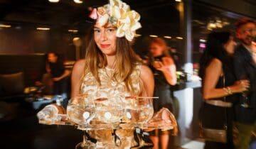 Back To Live feest na corona Bediening met bloemen in het haar en dienblad met gin tonic (foto-tychoseye)