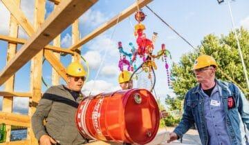 Open Up teambuilding corona Chainreaction kettingreactie met rood vat en twee mannen