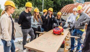 Open Up teambuilding corona Chainreaction teambuilding groep die met een loopauto iets maakt