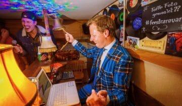DJ-van-de-feestcaravan-tijdens-een-bedrijfsfeest-van-Netflix-foto-tychoseye
