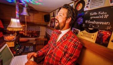 DJ-van-de-feestcaravan-tijdens-een-karaoke-avond-foto-tychoseye
