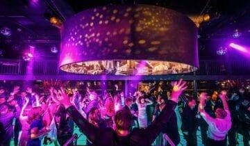 Dansvloer met een enorme lamp tijdens een personeelsfeest van Netflix (foto- tychoseye)
