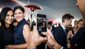 Twee vrouwen worden op de foto gezet tijdens feest (foto-tychoseye)